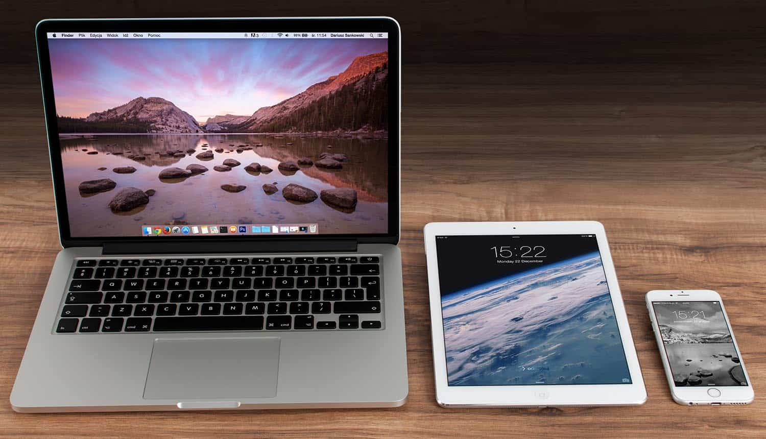 Image of Macbook, iPad and iPhone representing how online advertising will be disrupted by Apple's privacy play