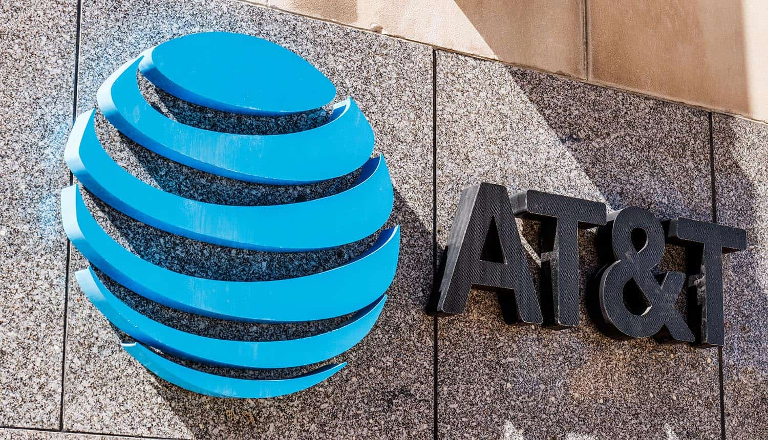 Downtown AT&T office showing cheap phone plans with targeted ads