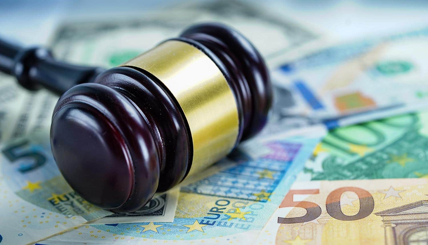 Judge hammer on Euro banknotes showing German court decision on GDPR fine